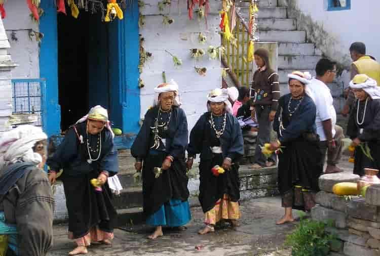 garhwali-women-in-traditional-dress